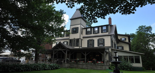 The Norwich Inn (Source: https://commons.wikimedia.org/wiki/File:NorwichVT_NorwichInn.jpg)